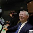 Ảnh chế Sir Alex Ferguson điều khiển phòng VAR giúp MU được hưởng 11 m