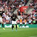 Man Utd chia điểm trong thế hơn người