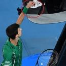 Djokovic xin lỗi vì chạm vào trọng tài