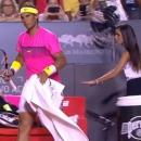 """Nadal giở """"ảo thuật"""" thay quần giữa sân đấu: Mỹ nhân nhặt bóng hết hồn"""